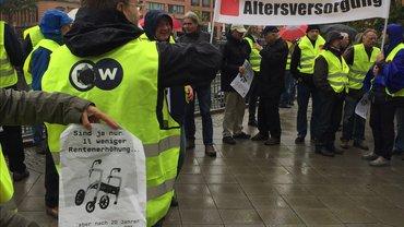 In Berlin protestieren ver.di-Mitglieder aus dem öffentlichen Rundfunk gegen die Kürzung der Betriebsrenten