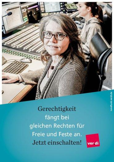 """Plakat mit der Aufschrift """"Gerechtigkeit fängt bei gleichen Rechten für Feste und Freie an. Jetzt einschalten!"""" Dahinter ist das Bild einer Mitarbeiterin im Rundfunk im Aufnahmestudio zu sehen"""