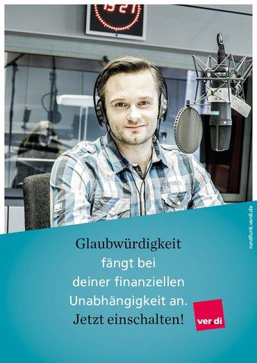 """Plakat mit der Aufschrift """"Qualität fängt bei deiner finanziellen Unabhängigkeit an. Jetzt einschalten!"""" und dem Foto eines Radiomoderators."""