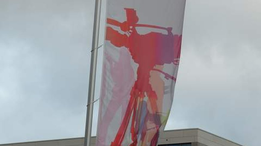 Fahne des SWR vor dem Sendergebäude