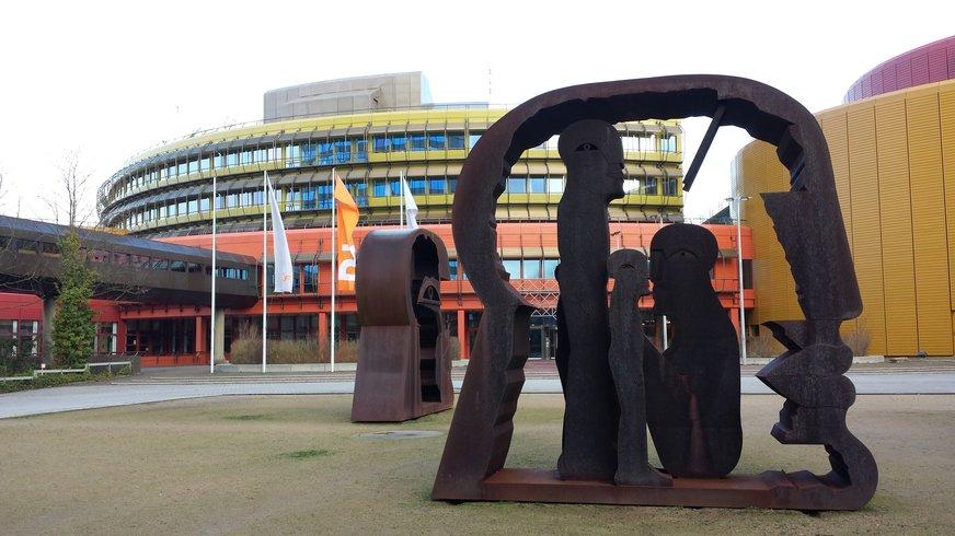 Skulpturen vor dem ZDF-Sendebetriebsgebäude