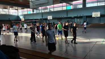 90 Azubis des NDR in der Sporthalle Othmarschen