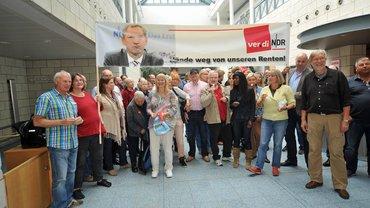 Proteste gegen die Kürzung der Betriebsrenten beim NDR in Hamburg Lokstedt