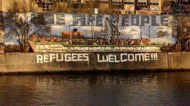 """Refugees Welcome"" Aufschrift am Spreeufer in Berlin"