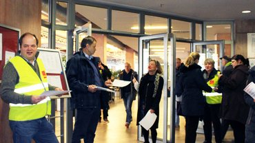 ver.di WDR verteilt Flugblätter an die Kolleginnen und Kollegen, um über die anstehende Tarifrunde zu informieren
