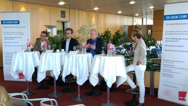 Blick auf das Podium bei der  Recherche-Veranstaltung im hr am 08.06.2015