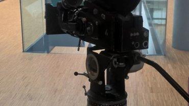 Kamera auf Holzstativ