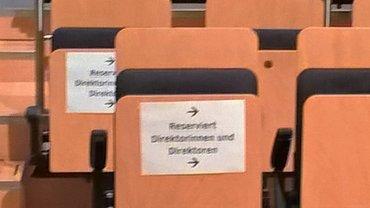 Sitzreihe mit Reservierungszettel