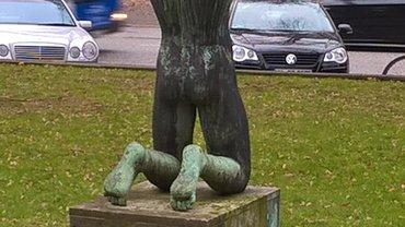 Statue vor dem NDR-Betriebsgelände Hamburg-Rothenbaum