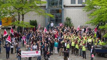 Streikende beim Warnstreik vor dem Haus 14 in Hamburg-Lokstedt