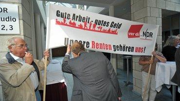 In Hamburg Lokstedt protestieren die Beschäftigten des NDR gegen die geplanten Kürzungen der Betriebsrenten
