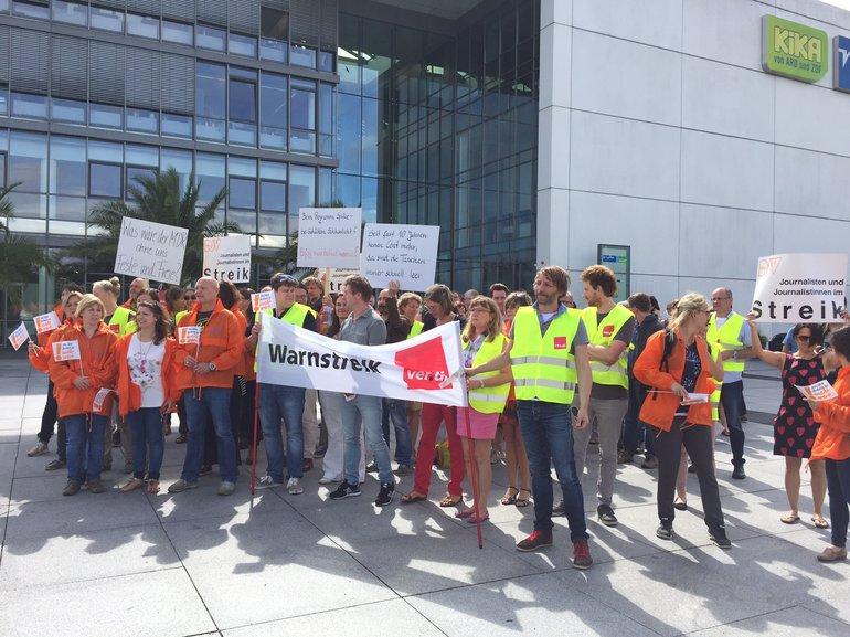 Streikende Beschäftigte vor dem Landesfunkhaus mit ver.di-Fahne