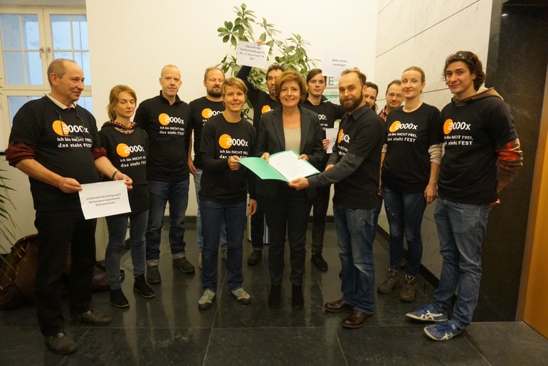 KollegInnen vom ZDF Hauptstadtstudio und von Phoenix Berlin übergeben ihre Forderungen an Malu Dreyer