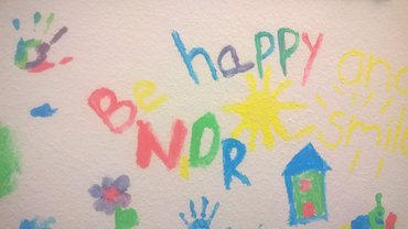 Kinderhände malen: be happy NDR