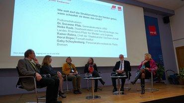 Horst Röper, Heike Raab, Gaby Schuylenberg, Petra Sorge (Moderatorin), Rainer Robra und Susanne Pfab (v.l.n.r.) diskutieren über die Strukturreform im öffentlich-rechtlichen Rundfunk