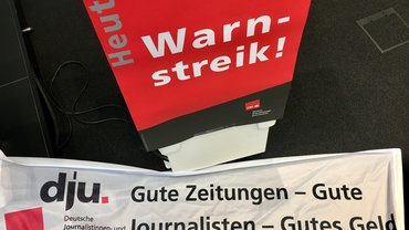 """Transparent mit der Aufschrift """"Gute Zeitungen - Gute Journalisten - Gutes Geld"""""""