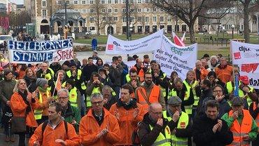 Streikende auf dem Stuttgarter Schlossplatz