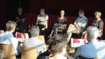 Treffen von Gewerkschaftern verschiedener Mediengattungen in Köln. Auf dem Podium Martin Gerhardt (RTL), Peter Freitag (Rheinische Redaktionsgemeinschaft/DuMont), Cornelia Haß (dju-Bundesgeschäftsführerin), Jochen Spengler (Deutschlandfunk) und Christiane Seitz (WDR)