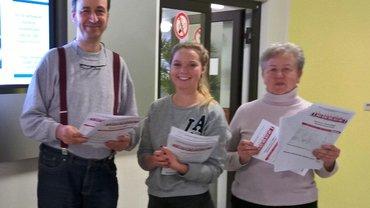 Mitarbeiter des Bayerischen Rundfunks informieren die Kolleginnen und Kollegen mit Flugblättern über die anstehende Tarifrunde