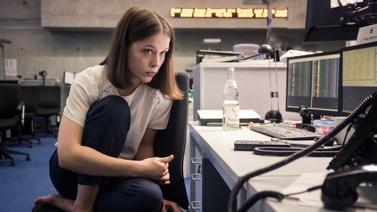 """""""Bad Banks – Der Mann aus London"""": Merklich müde und überarbeitet sitzt Jana (Paula Beer) nachts im Büro und arbeitet."""