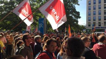Streikende mit ver.di-Fahnen vor dem Sendegebäude des Bayerischen Rundfunks in München