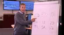 Wettermoderator präsentiert die Wettervorhersage auf einem selbst bemalten Flipchart