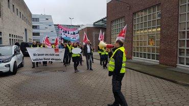 Ver.di-Kolleg*innen bei der Streik-Demonstration auf dem NDR-Gelände in Lokstedt.