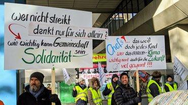 Transparente auf der Streikversammlung beim Bayerischen Rundfunk in München am 14. November 2019