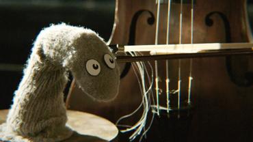 Eine graue Socke mit Gesicht spielt einen Kontrabass