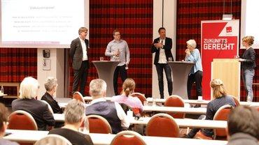 Podiumsdebatte mit Prof. Henrik Müller, Dr. Norman Schumann, Marcus Niehaves, Ulrike Herrmann und Moderatorin Teresa Sickert (v.l.n.r.)